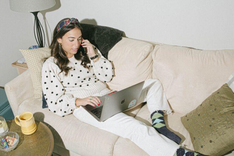 The New York Times | Hola, blusas aptas para Zoom: la ropa de trabajo de las mujeres se transforma
